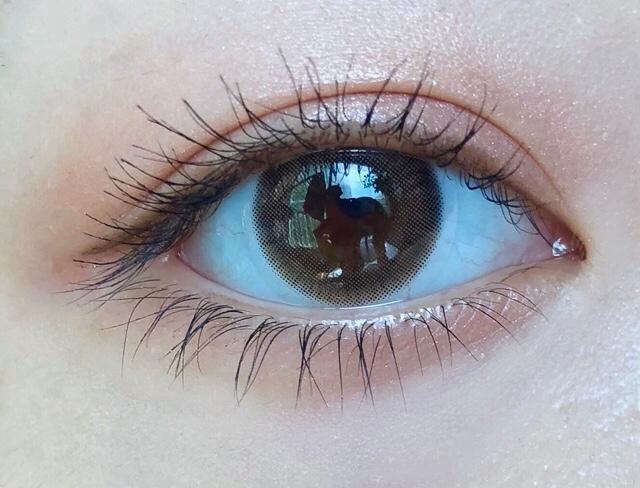 렌즈를 껴준 모습입니다!! 정말 자연스럽죠? (,,꒪꒫꒪,,)  그래픽 디자인도 자연스럽게 홍채와 어울려지고  색감도 제 눈동자에서 살-짝 밝아서 부드럽게 만들어줘요