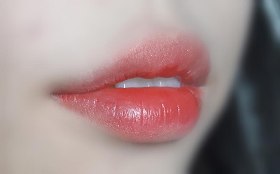 입술 발색샷이예요 색이 너무 이쁩니다ㅠㅠㅠ 손목에서만 발색 했을때는 되게 연했는데 입술에다가 발색을하면 한번 쓱했는데도 진하게 나옵니다 반전미 뿜뿜 처음엔 촉촉하게 발리다가 좀 시간이 지나면 건조해져요 막 엄청 건조해서 각질이 일어날 정도는 아니예요! 지속력도 꽤 괜찮았어요 2~3시간은 충분히 버틸수 있어용  데일리 립을 찾았어요..♡