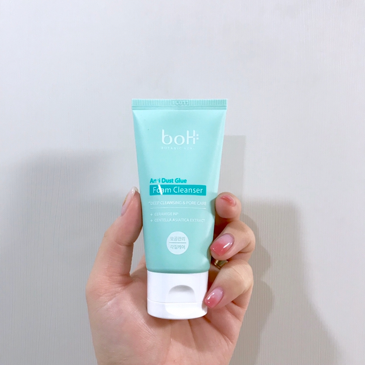 요 제품은 폼클렌징인데요!!  요즘 피부가 안 좋아서 바로 사용중이에요!  생각보다 거품도 잘 생기고 트러블을 깨끗이 씻어줘서  다 사용하고 나면 재구매 하려구요 ^_^