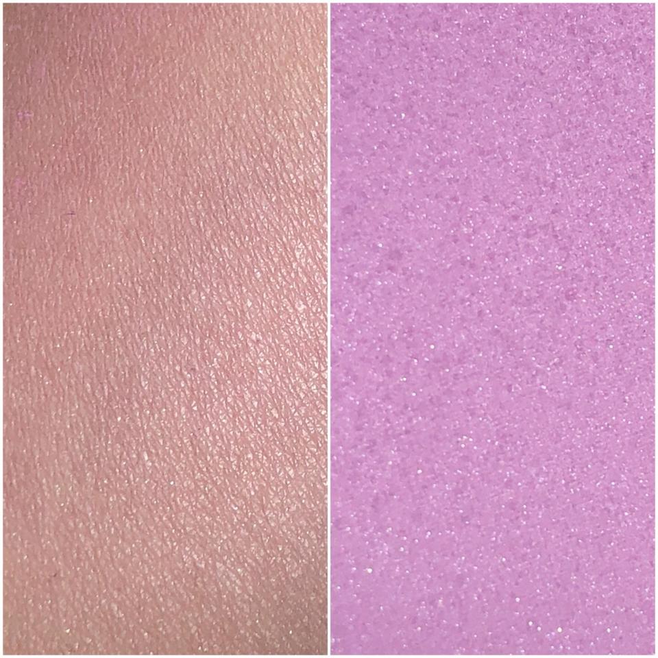 🚫보라빛 발색🚫 ▫️살짝 화사한 핑크와 라벤더 색상이 섞인 느낌을 줘요~ 칙칙해 보일때 라벤더쉬폰케이크를 발라주면 얼굴이 화사해 보이고 러블리한 느낌으로 연출!