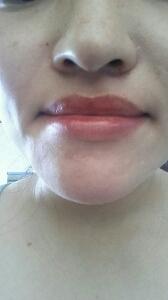 제 입술에다 발색해보았는데 생기 넘치는 입술을 연출해주고 촉촉함과 수분 보습막이 씌워 답답함이 없더라구요 각질부각.끈적임도 없구요 컬러가 선명하게 발색이 되고 오랫동안 지속되더라구요.