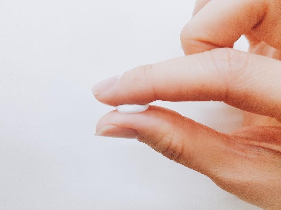 수분감이 있는지 제형을 한번 살펴 볼까요?? 손가락에 올려서 살짝 눌렀는데 음.. 일반적인 수분크림과 유사한 느낌이예요