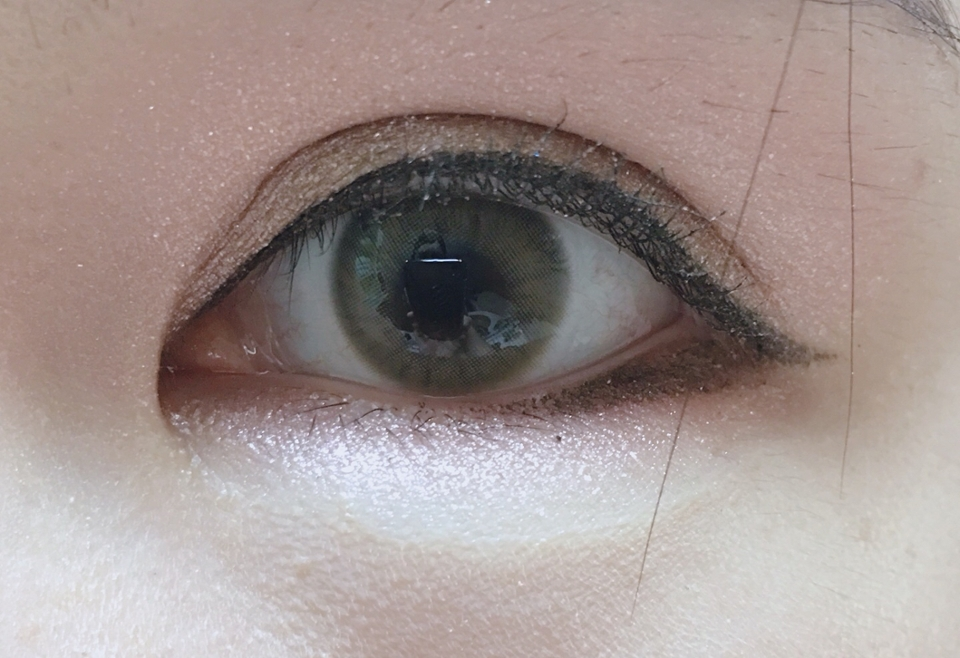 착용샷이에요  굉장히 마음에 들었던 점은 직경이 작아서 자연스럽고 이물감이나 훌라현상이 없더라고요 사실 이거 구매 전에 렌즈미에서 나온 깔루아밀크를 살지 이걸 살지 고민하다가 라임팜 구매 했는데 만족스러워요~~ 평소 브라운 렌즈보다 그레이 렌즈를 선호하는 편인데 이건 일반적인 브라운 렌즈랑은 달리 카키색이 섞여서 굉장히 오묘해 보이더라고요  제가 찾던 렌즈가 혼혈렌즈처럼 오묘 하면서도 자연스럽고 직경이 크지 않은 렌즈였는데 잘 찾은것 같아서 좋네요:)