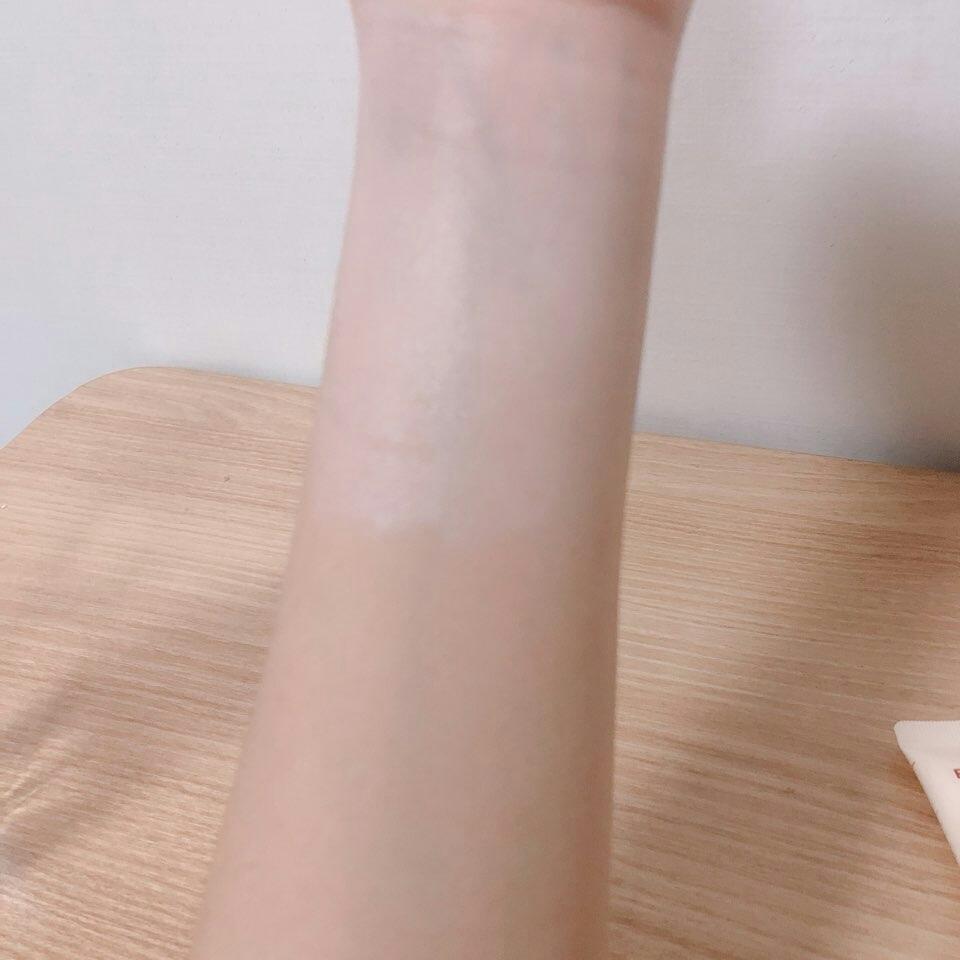 제형은 살짝 살구색 섞이고 살짝 흘러 내립니당 손목에 발라봤는데 놀랄 정도로 하얘집니다!!!@