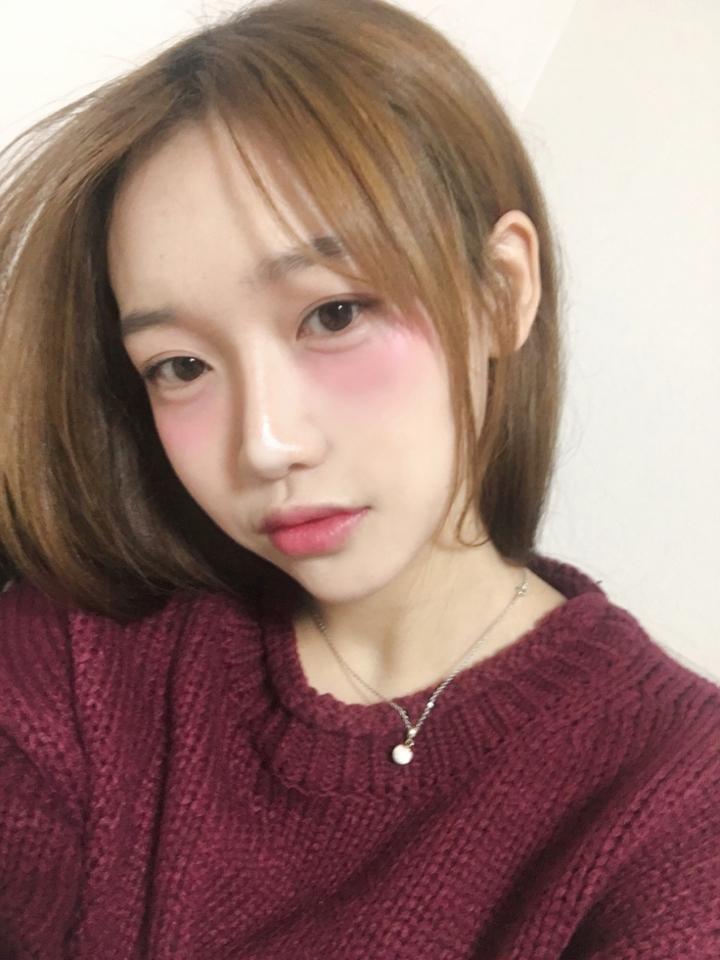 취한여자로 보이게끔 유도하는 메이크업이에요 일본에서 난리라고... 일본화장은 블러셔가 안빠지는거같아요 암튼 엄청나게 엄한 화장이랍니다 블러셔 위치만 알려드리구요 느낌만보세요 ㅜㅜ