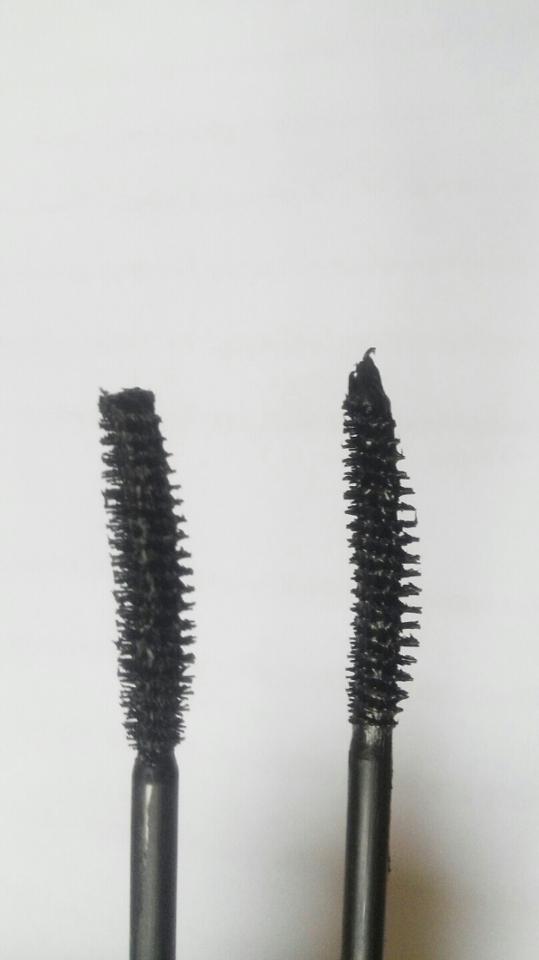브러쉬도 두개가 좀 다르더라고요 왼쪽이 얇은 글씨체 오른쪽이 굵은 글씨체 입니다. 오른쪽이 좀 더 길고 컬링(?)이 있어요