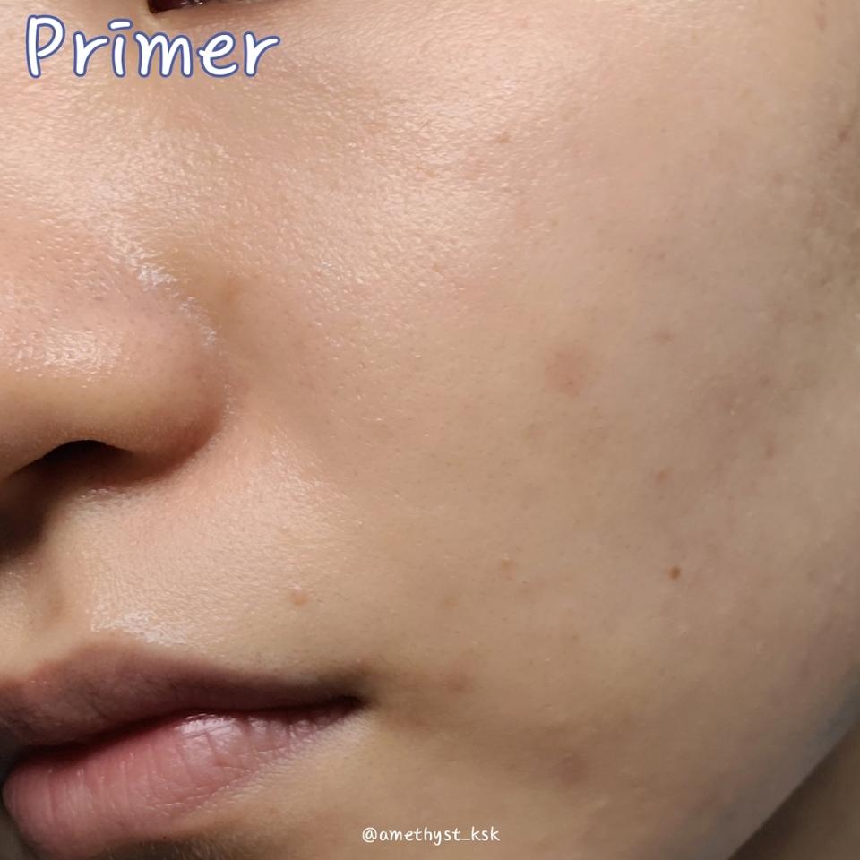 프라이머 마친 상태  💦조금 더 촉촉한 느낌의 피부가 완성되었어요. 그래서 피부가 느끼기에는  에센스를 한번 더 올려준 느낌이었어요.  펴바르는 과정에서 크리스탈을 다 터뜨려주어야하는데 대충바르면 보이는대로 남아있을 수 있으니 주의해주세요!