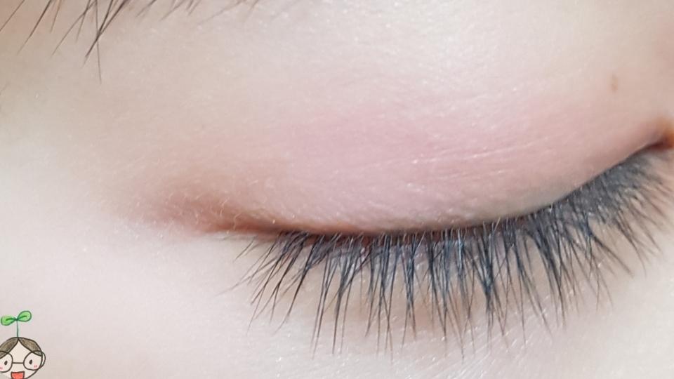 눈두덩이 발색사진 눈가를 밝혀주기때문에 생얼메이크업 혹은 베이스로 사용해주어도 좋을것 같아요