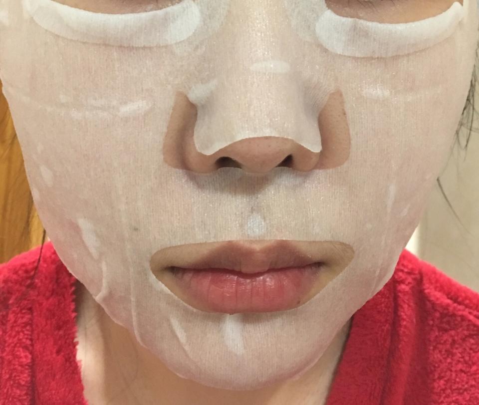 얼굴에 마스크 시트를 붙여봤는데 제품 설명과 다르게 밀착력이 안좋더라구요?😅 천연소재? 좋게 생각하지만 피부에 밀착시키고 제가 느꼈을때는 시트가 너무 두꺼웠고 부직포 처럼 살짝 거칠었어요  인공적인 향은 안느껴지는데 살짝 알콜향이 나요