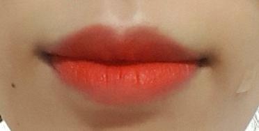 입술 발색샷   발색샷 찍을 때 화장하지않은 상태라서 얼굴이 노오랗네요 ㅎㅎㅎ휴ㅠ 그래서 색이 덜 튀어 보일 수있지만  화장하면 전체적으러 화악 화사해지는 효과작렬👍👍  오렌지 빛 잘받는 분들은 정말 예쁠 꺼 같아요♡