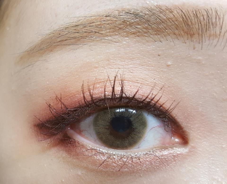 렌즈낀 모습이예여!!! 눈동자 색이 밝아졌지여ㅎㅎ 눈이 충혈된건 렌즈때문이 아니라 원래 평소에도 눈이 저래요!!