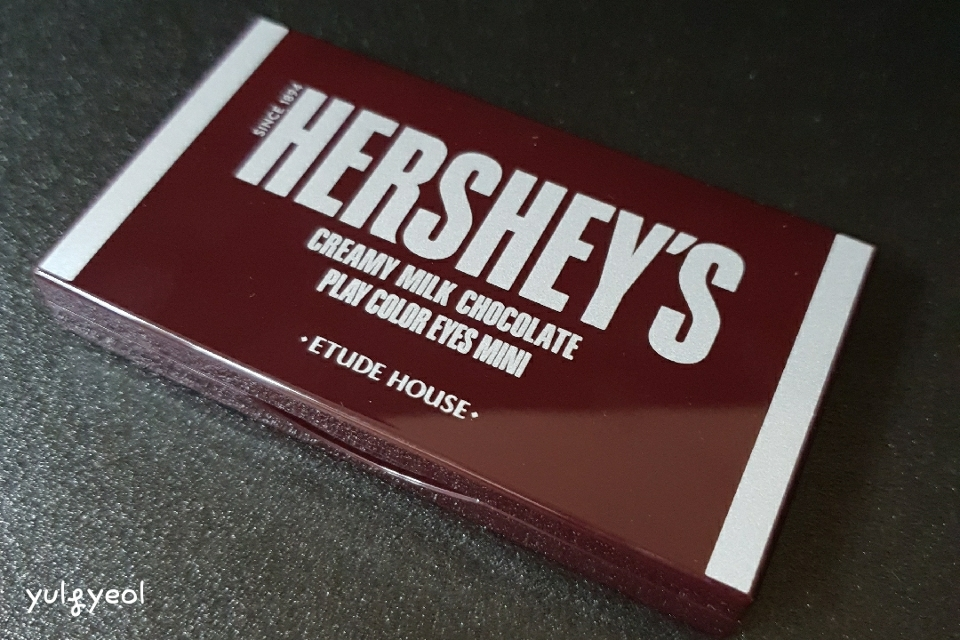 허쉬 팔레트 정말 정말 이쁘죠♥️ 지문이 잘 남지만 정말 영롱한 초콜릿 빛. 이제 기대되는 내부를 살펴볼까요?