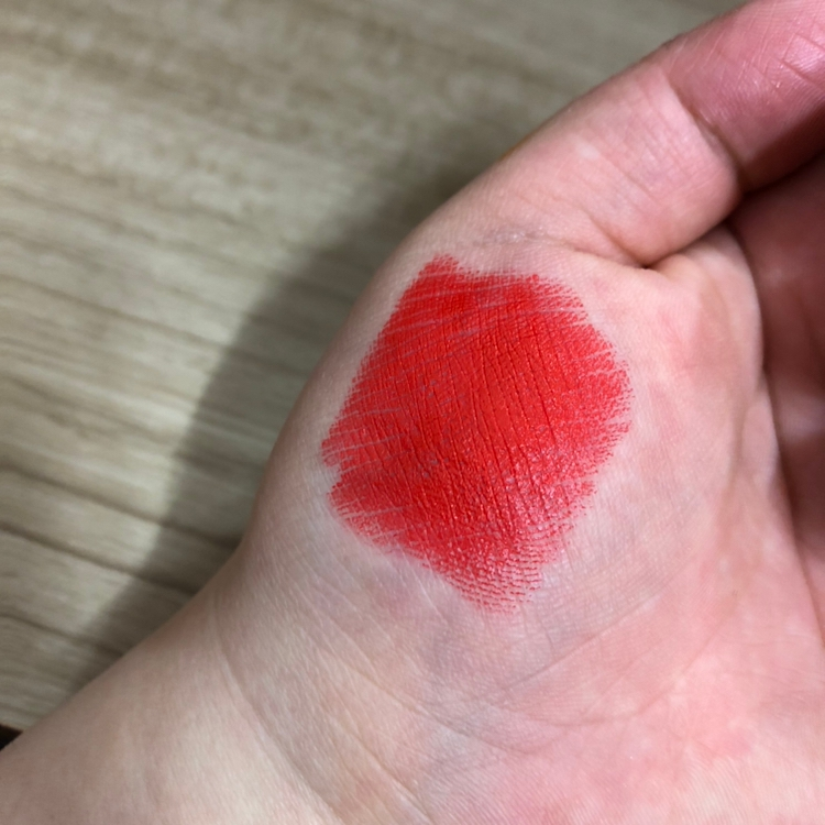 손에 한번 발라봤어요 ~ 겉으로 봤을 땐 단순한 레드오렌지인줄 알았는데 레드오렌지+코랄+핑크가 섞여있어용