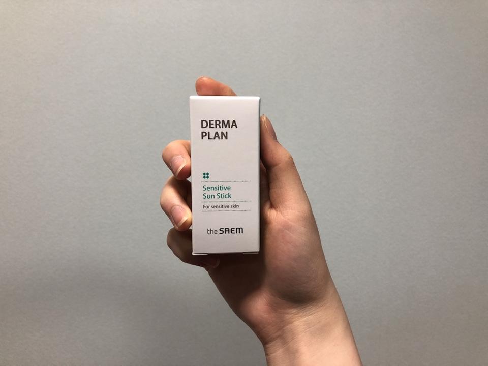 우선 제품의 박스는 이렇게 생겼어요. 제품명은 [더셈 더마 플랜 센서티브 선 스틱 SPF50+ PA++++] 입니다!