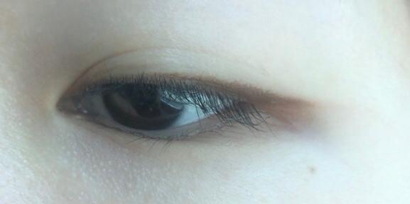 또렷한 눈매 보다는 자연스러운 라인을 그릴 수 있어요!