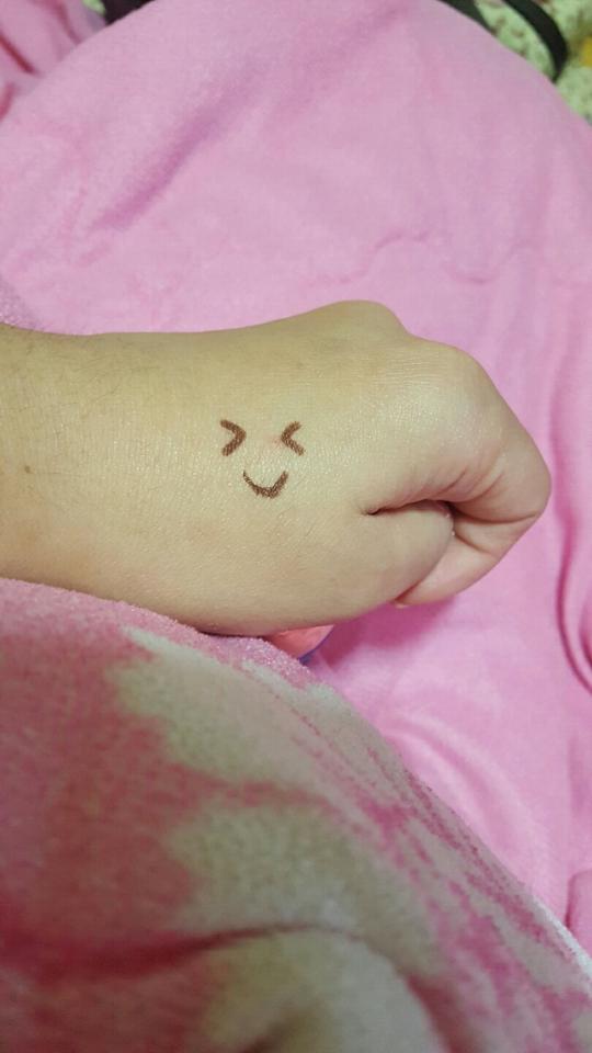 커버력테스트를 위해 클리오 워터프루프아이라인으로 손등에 표정을 그려봤어요!