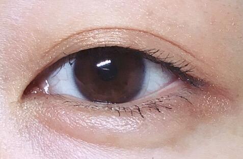 갈색을 바른 눈! 컬러가 진하지않게 잘 밀착되어요 많이바르면 더 바세린느낌 윤기좔좔흐르겠지만 핑크도 얹어야해서 패스!