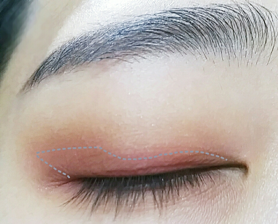 붉은색 섀도우로 눈을떴을때  눈꼬리쪽에서 색이잘보이도록 칠해주세요