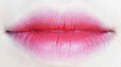 라비앙루즈를 그라데이션해준 모습이에요. 컬러 진짜 예쁘죠ㅜㅜ 여기에 투명 립글로즈 덧발라도 예쁠 것 같아요~ 데일리로 쓰기에도 좋은 컬러에요!