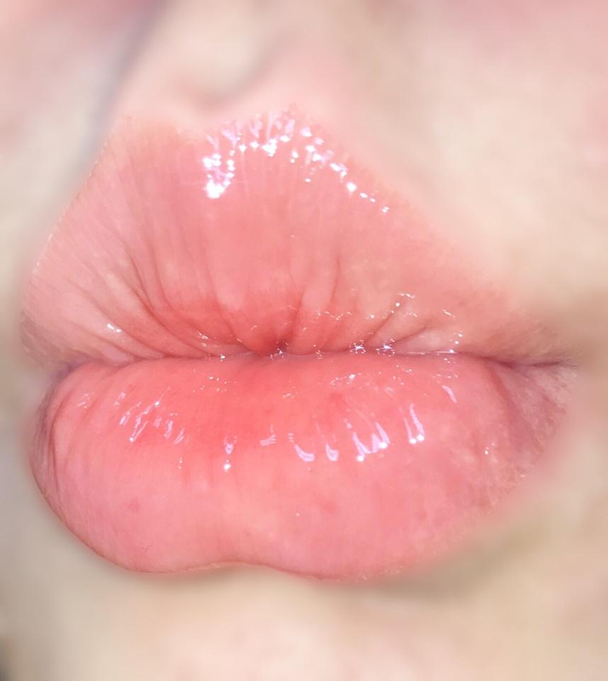 립밤, 립오일, 그리고 립글로즈의 장점을 합한 제품이라 메이크업을 다 하고 바르기도 좋아요! ^_^  저는 매트한 립스틱을 바르고 요 제품을 얹어줘요~