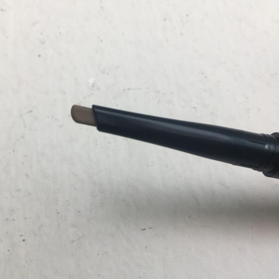 브로우 부분입니다! 슬림한 브로우 쉐입이에요! 두께도 그렇게 두껍지않지만 너무 얇지도 않아서 잘 부러지지도 그릴때 둔하게 그려지지도 읺아요. 끝처리도 깔끔하게 잘되구요