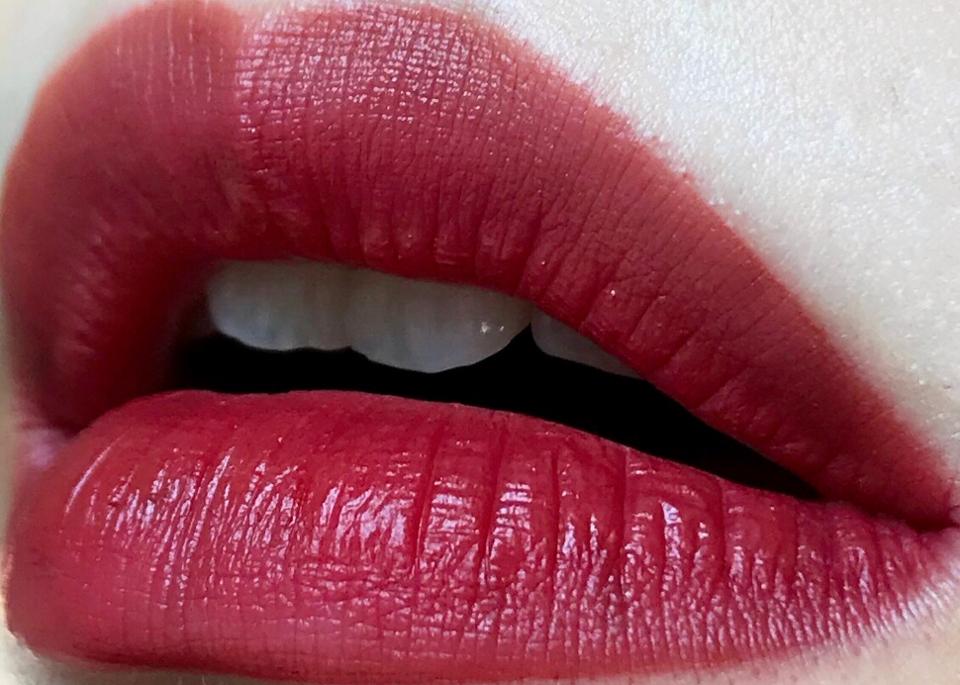 풀립도 저는 어렵지 않게 할수있었어요! 팁이 입술선 따기에도 편했고 아무리 덧발라도 묽은 제형이다 보니 요플레현상이 없어서 정말 좋았어요! 진하게 바르면 분위기 있는 붉은 색으로 발색되더라고요ㅎ 저는 개인적으로 풀립을 잘 안해서 언제 또 이렇게 바를지는 모르겠지만.. 색상 자체는 정말 분위기 있었어요ㅎ 바를때는 묽어서 쉽게 슥슥 풀립연출이 가능했고 시간이 조금만 지나도 보송해져서 묻어나옴도 별로 없었어요ㅎ 가을 겨울에 어울릴 톤 다운된 레드 틴트! 추천합니다ㅎ