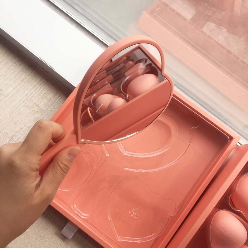 다음은 거울 !!! 진짜 면적두 크고~~ 깔끔하니 너무 예쁘죵 컬러도 에쁘고, 이거 진짜 맘에듬 !!! 시원시원 면적크고 이쁘기까지하니..출장가방에 쏙 넣어놨지유 ㅋㅋㅋ