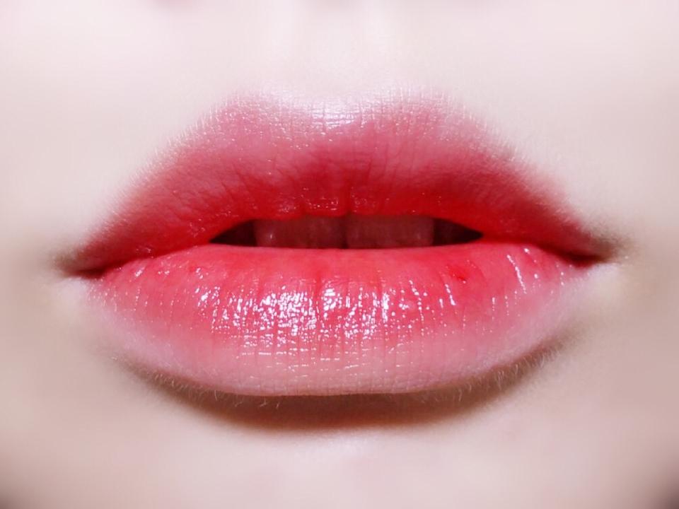 입술위에 발색 해보았어요! 뭔가 맑은 컬러라서 쨍하고 강한 발색은 어렵고, 청초하고 사랑스러운 발색입니다. 입술컬러와 섞이니 좀더 코랄컬러 같기도 하고요! 발림성은 매우 부드럽습니다👏🏻