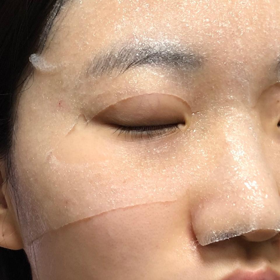얼굴에 붙이면 이렇게😆 코 부분이 답답하지 않고 편하게 절개되어있어서 좋았던 것 같아요
