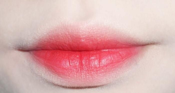 그리고 그냥 무심하게 툭툭 , 요 립스틱은 정말 잘 묻어나는? 발색이 잘되는 타입이라 입술에 툭툭 묻히면 되게 맑게 뽀송하게 묻어요