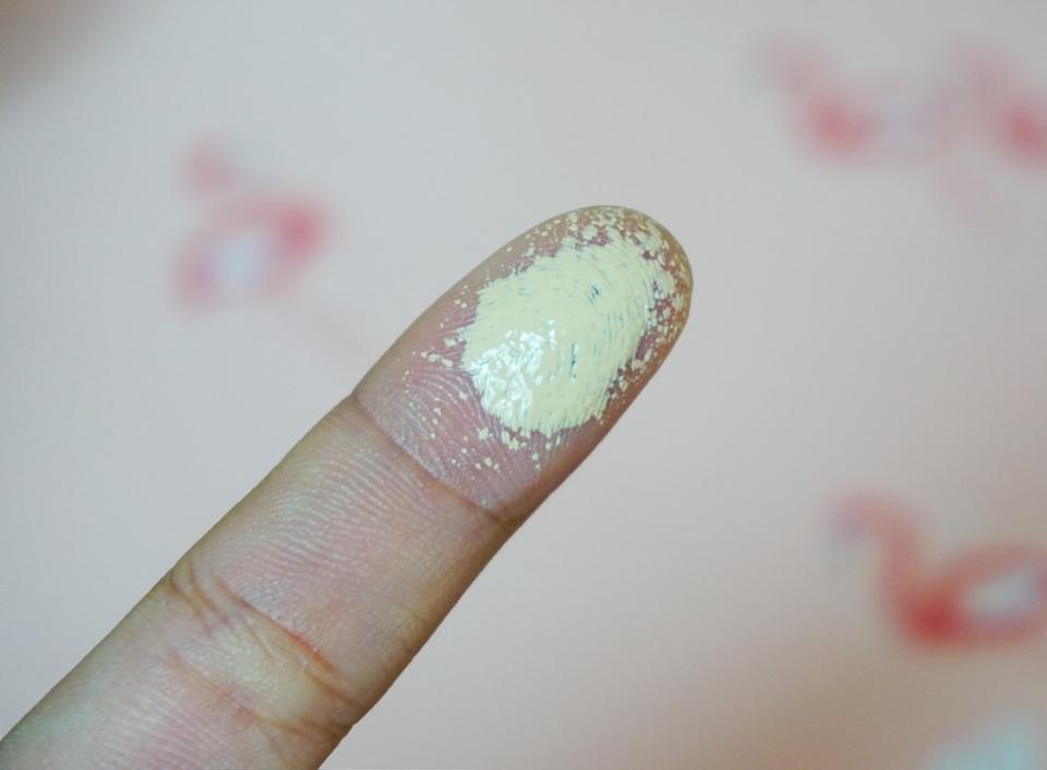 손가락에 한번 찍어봤어요. 이때부터 경악.. 너무 밝은 느낌? 옐로우 베이스의 기존 21호 느낌이에요