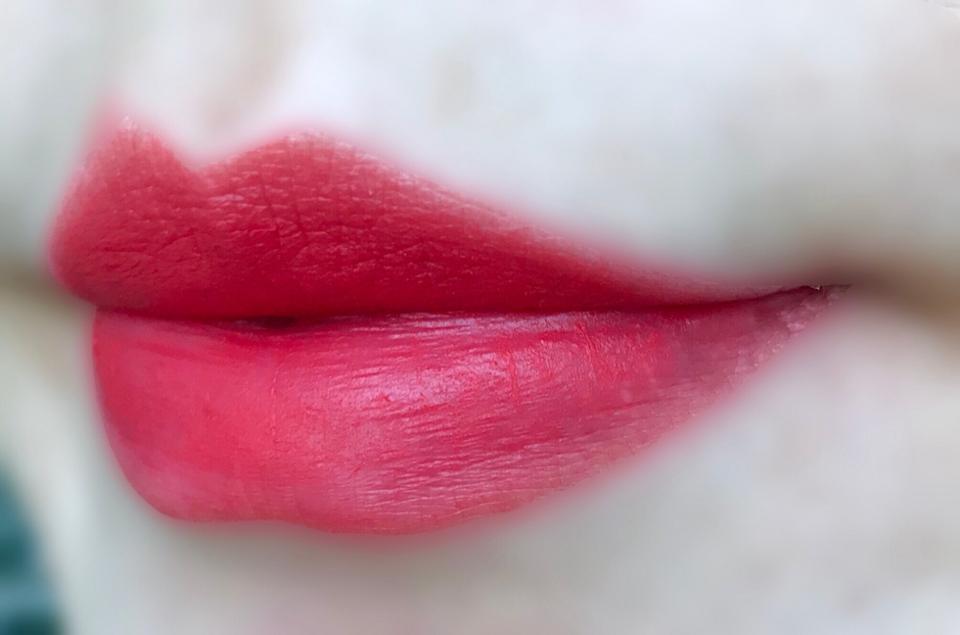 실제로 바른 모습입니다!!  그 느낌 아시나요?! 입술 가장자리에만 남는 립스틱....  예... 안쪽 립스틱이 자꾸 지워져요 ㅋㅋㅋㅋ