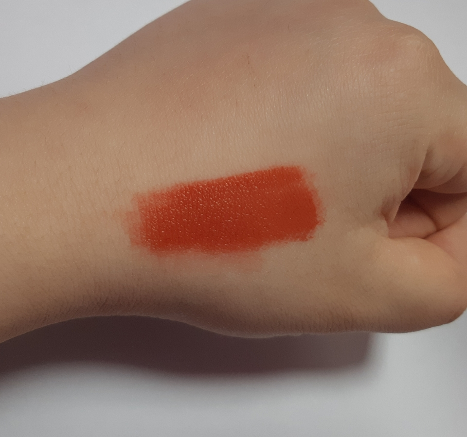 발색력)  손등에 발색했을때는 레드오렌지 색상이 강한 발색이였어요!! 겉 보송 속 촉촉으로 매트한 립을 연출하실수 있습니당🤩