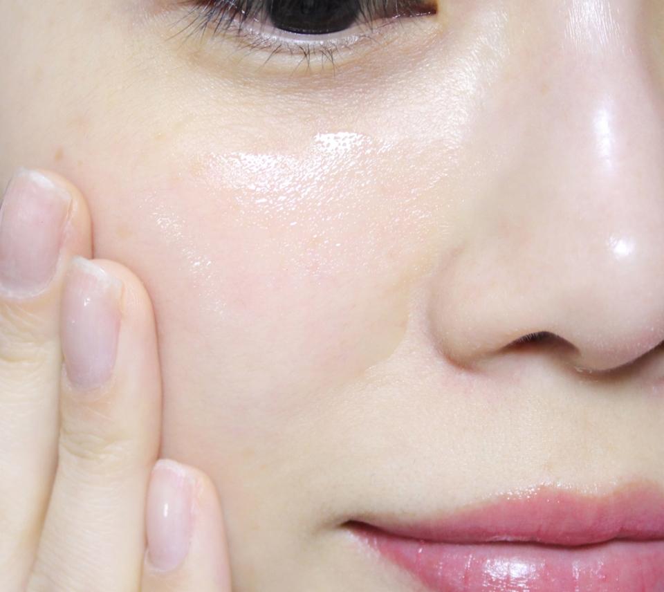 화장솜을 사용하기 보다는 적당량을 덜어서 피부에 직접 사용하는게 보다 흡수를 더 잘 시킬수 있어요