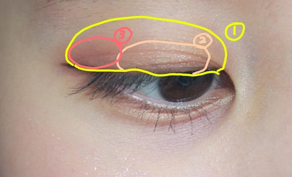 2구역 눈앞쪽부터 중간까지 에뛰드-피치못할핑크 색상을 발라줍니다!  바세린광이나요,, 은은히 보이는 핑크빛이 너무 예뿝니다. 더욱더 입체적으로 보이기도 하져