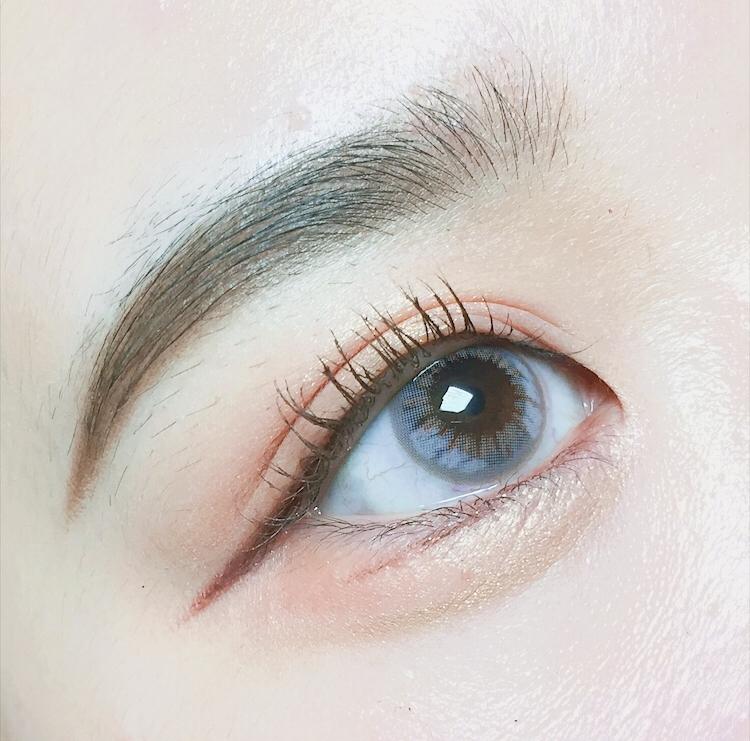 착용샷이에요 !  진짜 너무 예쁘지 않나요 ㅠㅠㅠㅠㅠ 착용감도 너무 좋고 중간중간 밝은 무늬가 포인트로 있어서 인지 끼고 나서 더 예쁜 렌즈인 것 같아요 ! 그레이렌즈계의 혁명이에요 ! 최고예뻐요 ㅠㅠ ♥️