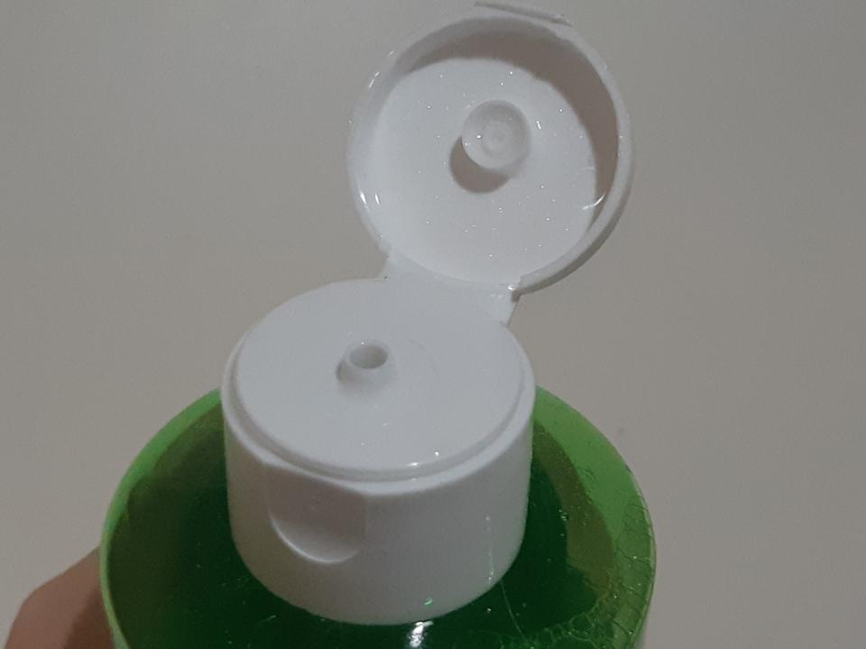 뚜껑을 열면 조그마한 구멍이 있어요! 구멍크기는 작아보이지만.. 워터라 그런지 솜에 묻힐 때 손에 많이 묻어요..☺️ 양조절 필수 입니다!!