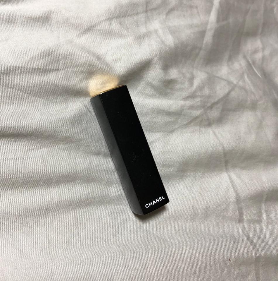 샤넬 립스틱의 케이스는 이렇게 생겼어요! 저기 살짝 보이는 금색 샤넬 로고가 새겨져있는 부분을 누르면 립스틱이 뿅하고 나옵니다😊