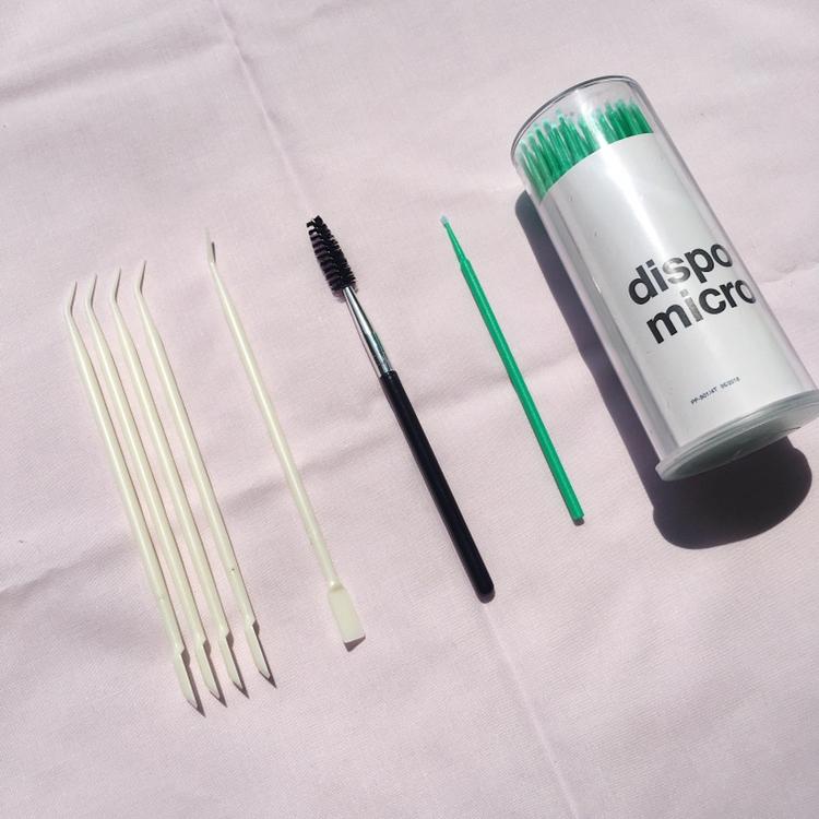 어플리케이터들이에요!  먼저 아이보리 색상은 속눈썹펌 전용스틱(5ea)으로 롯뜨에 속눈썹을 붙일때 사용해요!   가운데는 우리가 아는 스크류브러쉬에요! 마지막에 결정돈시에 사용해요!   제일 오른쪽은 마이크로 면봉(100ea)으로 프라이머를 발라 속눈썹의 유분기를 제거하거나 펌제를 바를 때 사용해요!