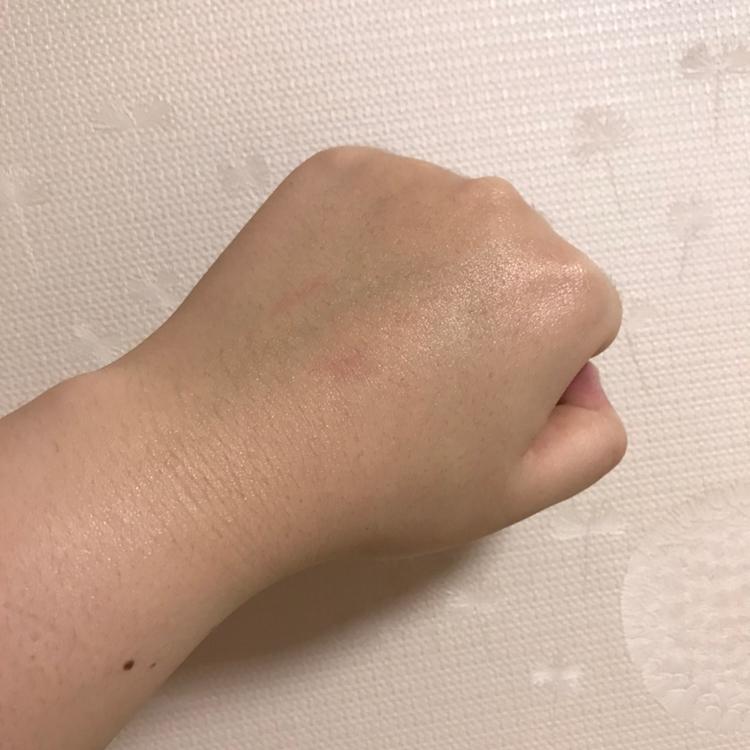 바르고나면 빠른 흡수력과 촉촉하게 은은한 광이나요 ㅎㅎ지금 제품을 반정도 써보았는데 트러블같은것도 안생기고 확실히 피부가 맨들맨들해진게 피부결이 달라졌어요 !!