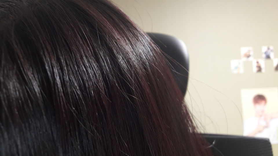 공부하려고 앉았을 때 잠시 거울봤는데 더 말리니 티가 더나더라고요. 일반 형광등 아래에서 찍었습니다! 참, 제형이 트리트먼트라 냄새도 나름 향기로웠고, 머릿결도 부드러워졌어요.