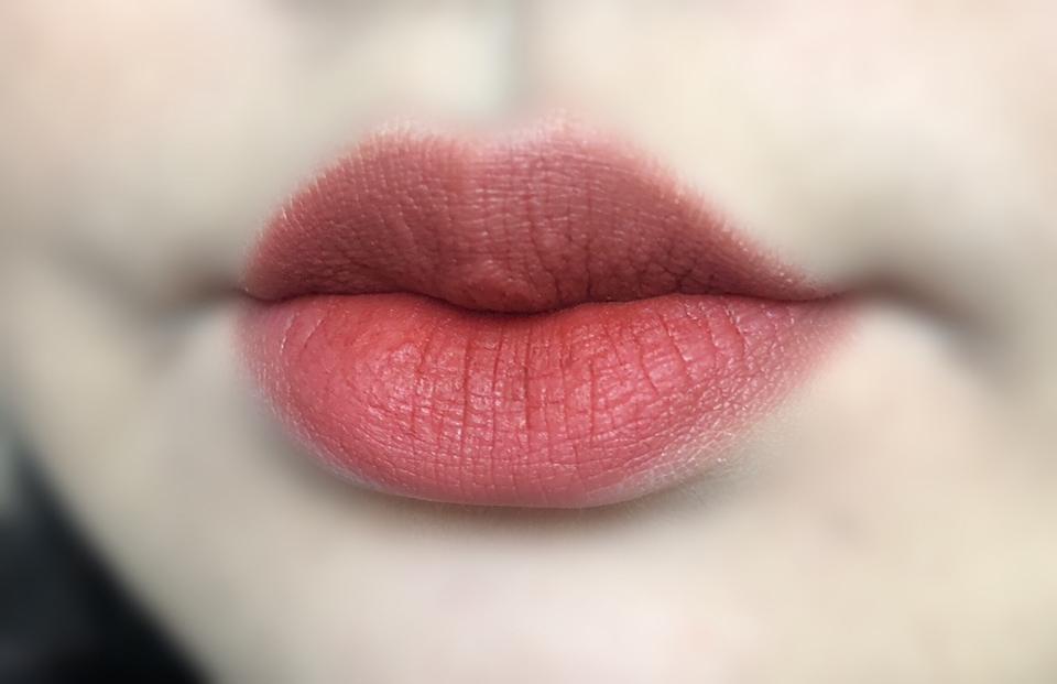 입술에 발라봤습니다 ~ 손에 발랐을 때 보단 발색이 약하긴 한데 그래도 색이 넘 예쁘죠 ㅠㅠ 붉은 팥죽색(?) 입니당 보송보송하게 마무리 되고 지속력도 좋았어요 ~ ❤️