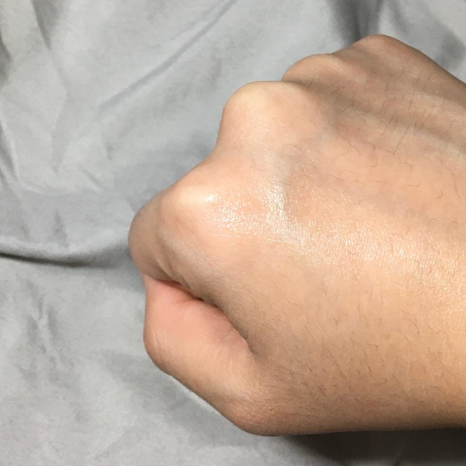 이렇게 손등에 발라봤는데 쫀쫀하게 발렸어요 흡수도 잘되는 제형이라 좋았어요