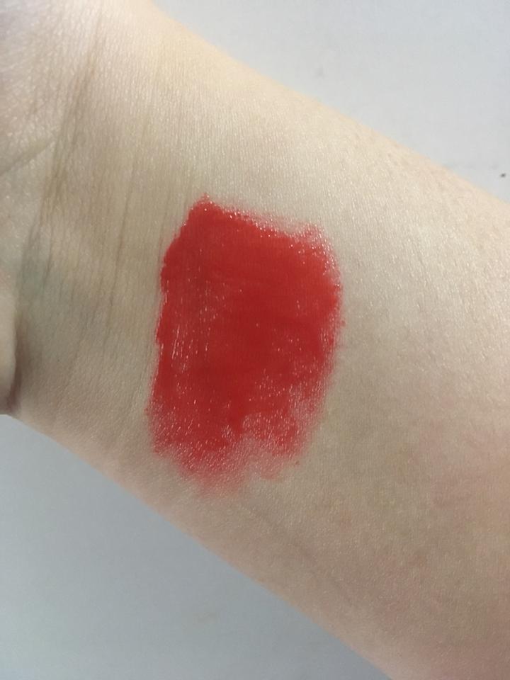 색상입니다~보정하지 않은거에요 실제색상과 유사합니다!! 레드오렌지 느낌이에요! 체리체리라서 저는 핑크레드로 알았는데 아니더라구요! 그래서 웜톤분들이 데일리로 부담없이 사용하기 좋은컬러입니당