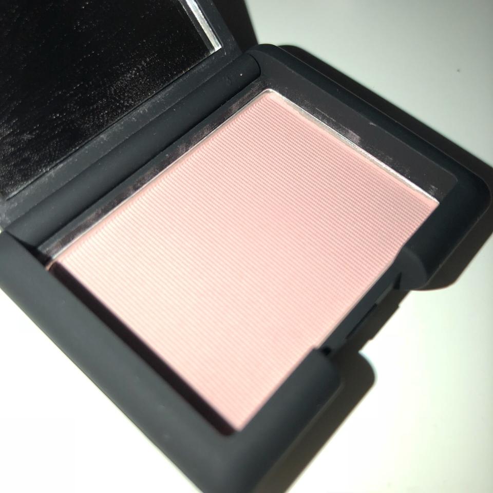 플래쉬 키면 실제 색상과 조금 더 비슷해보여요. 톤다운된 차분한 핑크색상이랍니다