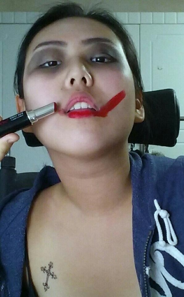 빨간색 립스틱으로 입술부터 볼까지 죽 그어줍니다.