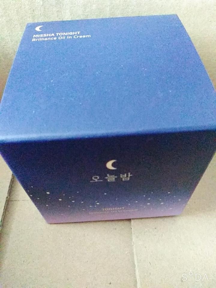 뽁뽁이랑 공기비닐을 벗겨냈을때 있는 제품 상자입니다! 오늘밤이라고 적혀져있고 그 위에 달 그림이 있습니다. 분위기 있네요.