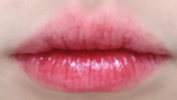 입술을 많이 뜯어서 얼룩덜룩한 감이 있지만ㅋㅋㅌㅋ큐ㅜㅜㅜ... 발색을 보시면 의외로 무난한 색이에요