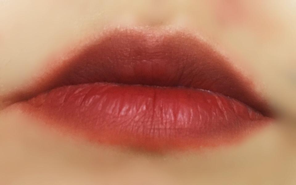 입술에 발색했을때 모습입니다  매트한 제형이라서 입술 각질 관리는 잘해주시고  발라야지 진짜 예쁜 색깔이 나옵니다 각질제거  꼭 하세용!!