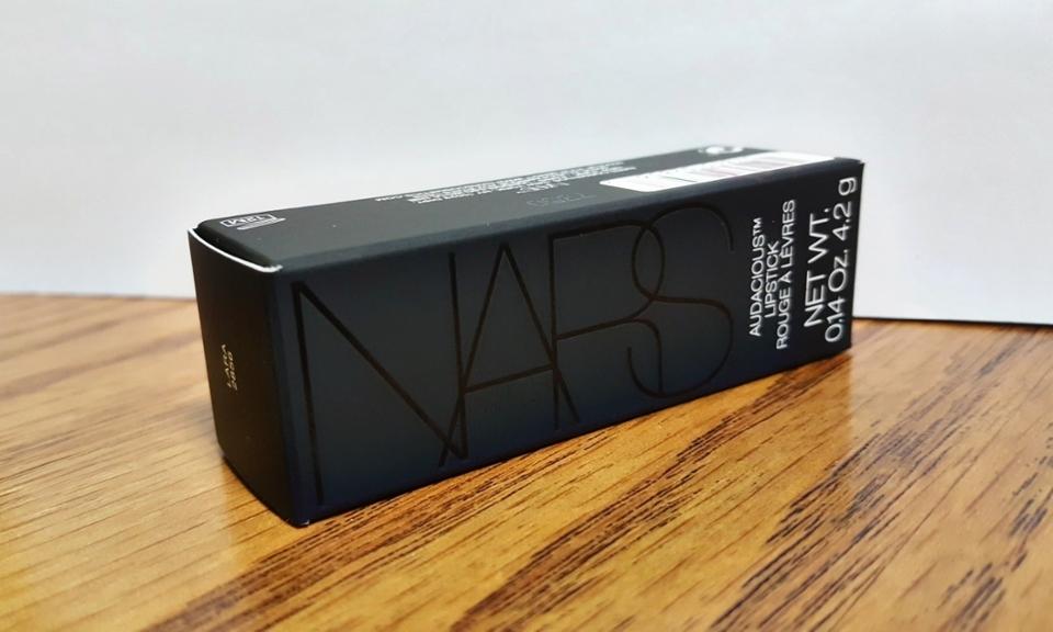 처음에 박스 케이스를 보면 검은색에 심플한 느낌을 가진 박스 케이스가 저를 반겨주고 있는 상태에서 무슨 색이 왔는지 궁금해서 두근두근해하며, 보니깐 전 라라가 왔더라고요!🙌